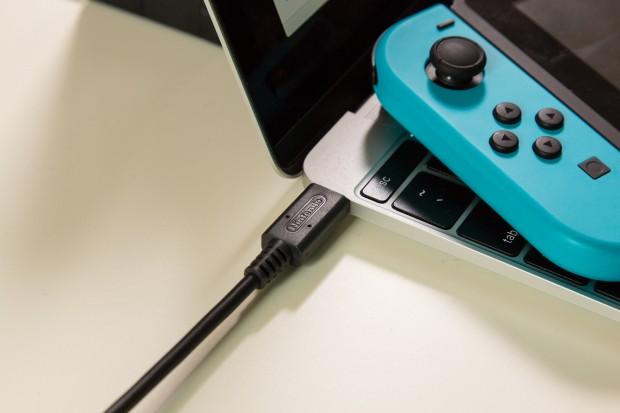 Nintendos Netzteil funktioniert an unserem Macbook. (Foto: Martin Wolf/Golem.de)