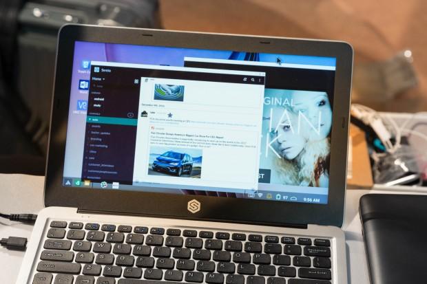 Das Superbook mit angeschlossenem Android-Smartphone. Auf dem Laptop haben wir Android-Apps geöffnet. (Bild: Martin Wolf/Golem.de)