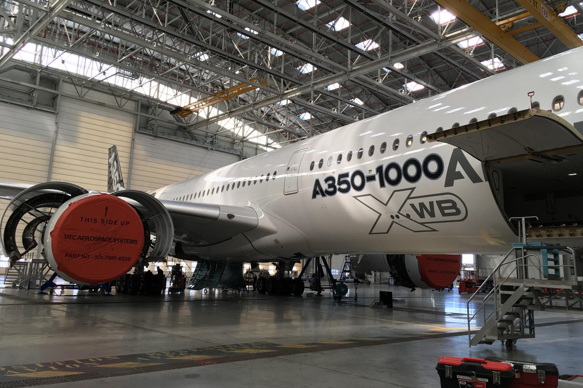 """Airbus A350-1000XWB: Ein Blick ins Innere eines Testflugzeugs - Auch Airbus-Techniker erfreuen sich an Orientierung. """"This Side Up"""" bezieht sich aber nicht auf die Triebwerksmontage. (Foto: Andreas Sebayang)"""