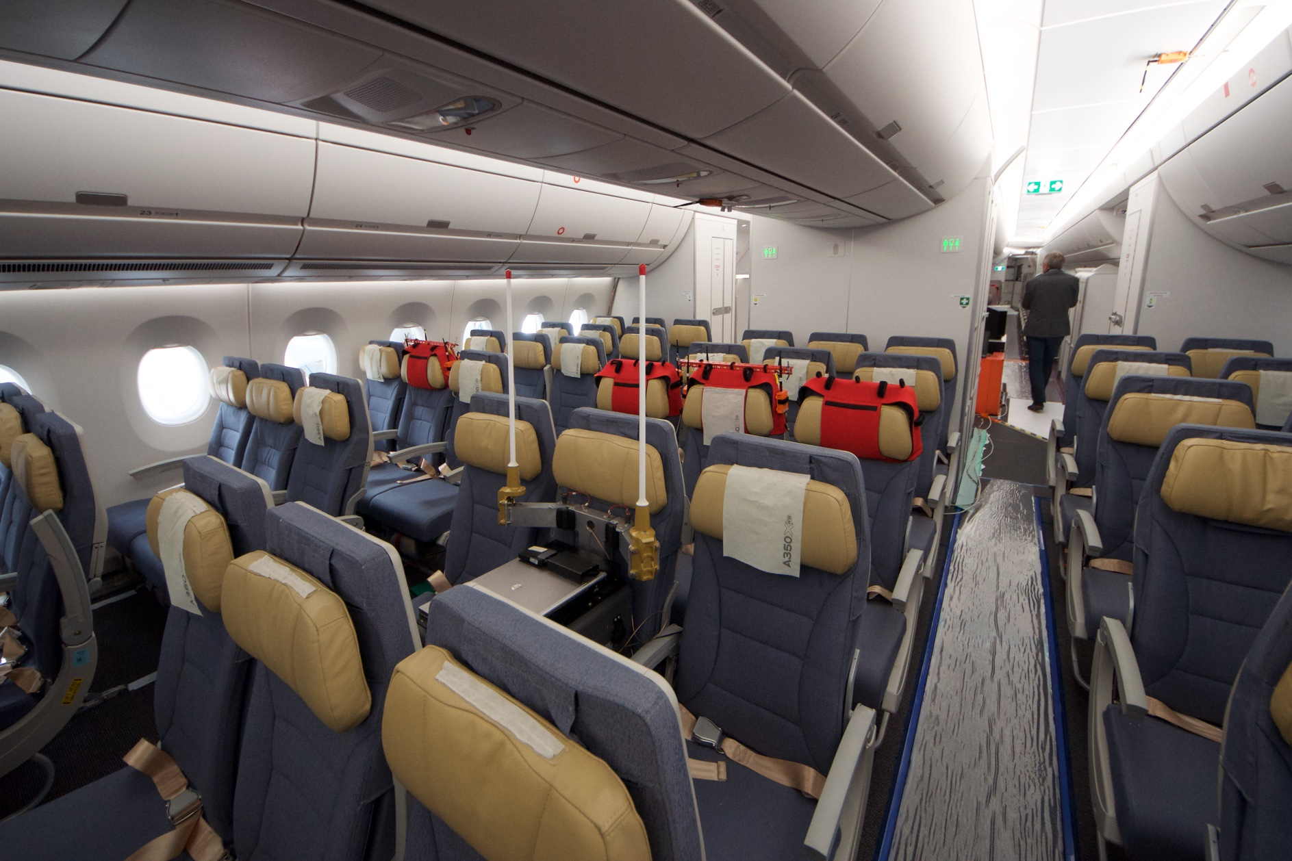 Airbus A350-1000XWB: Ein Blick ins Innere eines Testflugzeugs - In der Kabine finden sich viele Sensoren ... (Foto: Andreas Sebayang)