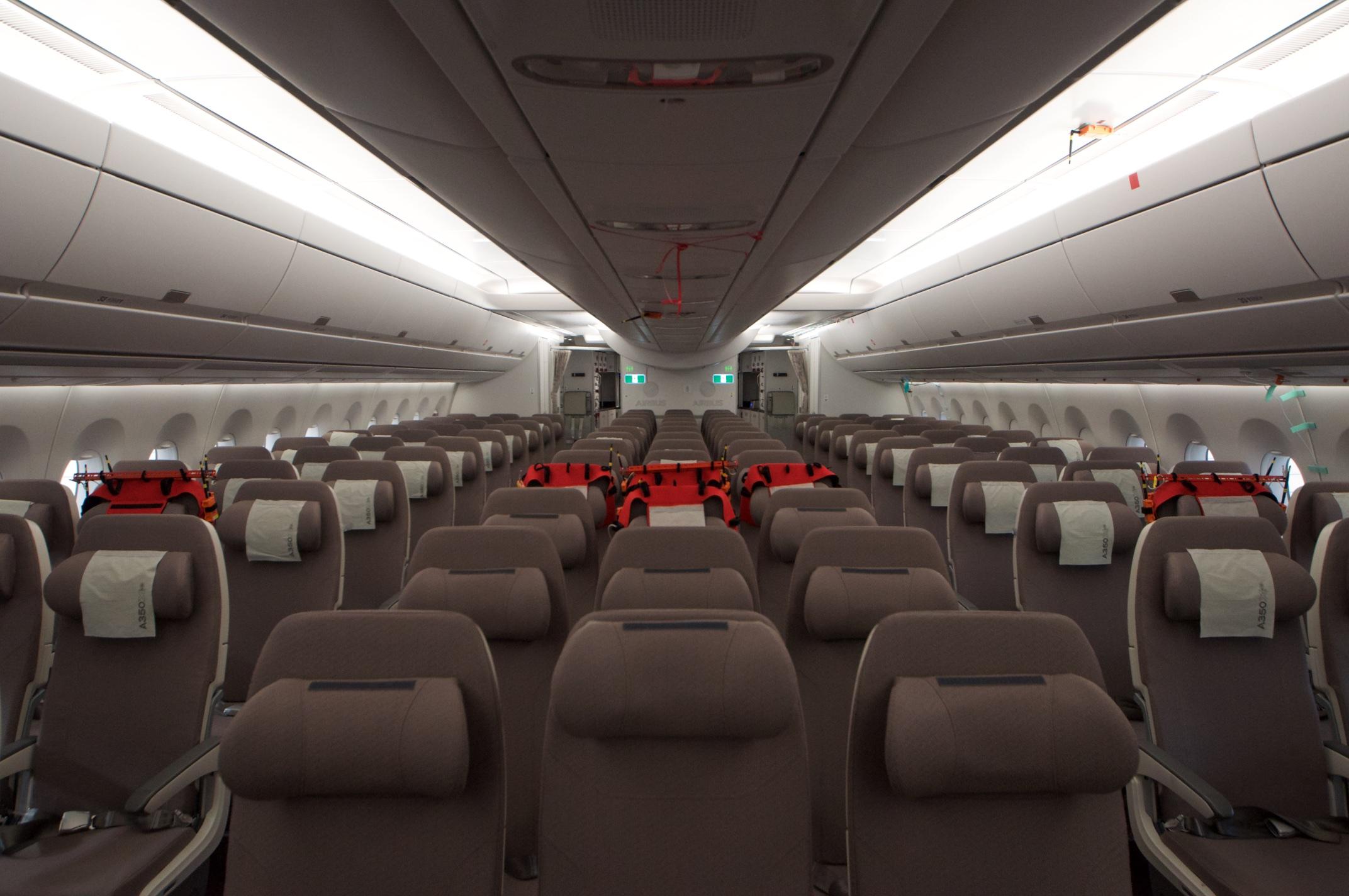 Airbus A350-1000XWB: Ein Blick ins Innere eines Testflugzeugs - Dahinter geht es mit einer weitestgehend ausgestatteten Kabine weiter. (Foto: Andreas Sebayang)
