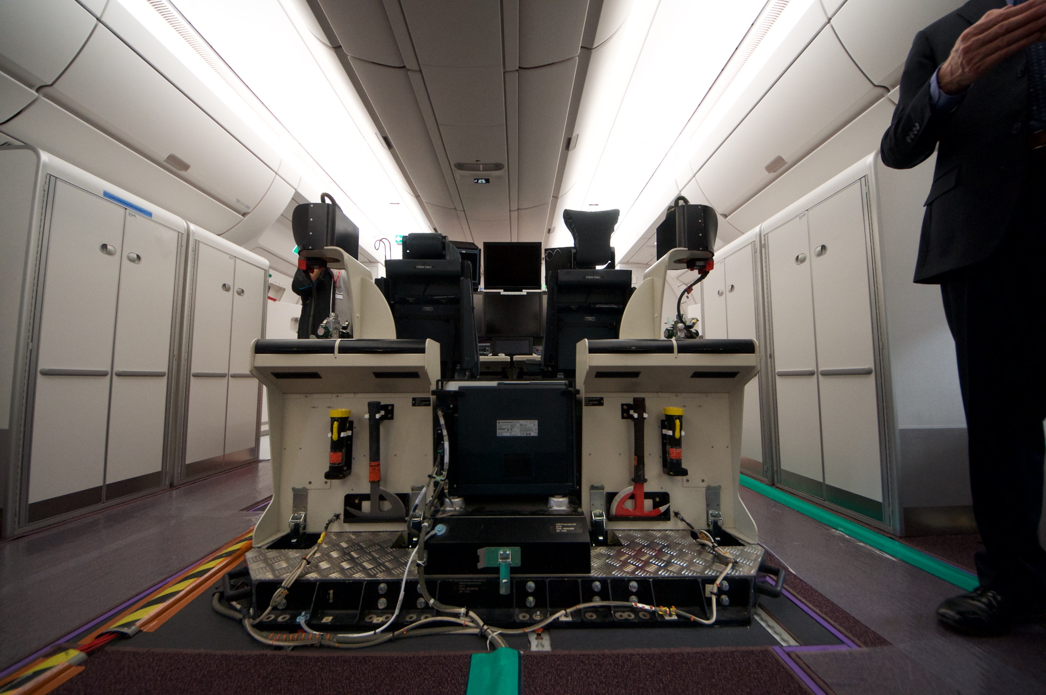 Airbus A350-1000XWB: Ein Blick ins Innere eines Testflugzeugs - Gut zu sehen ist das Notfall-Equipment ... (Foto: Andreas Sebayang)