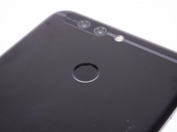 Der Fingerabdrucksensor ist auf der Rückseite. (Bild: Martin Wolf/Golem.de)
