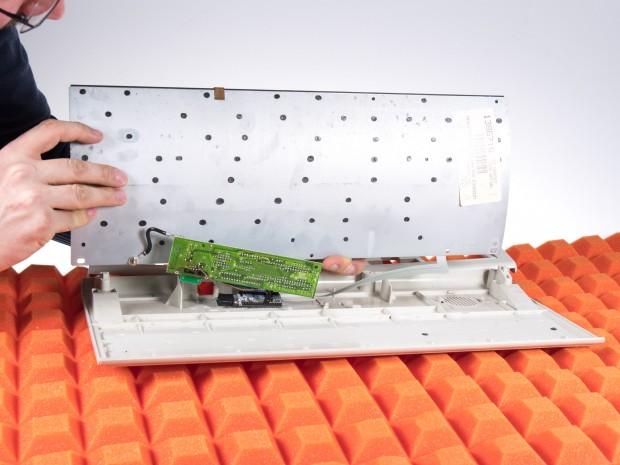 Aufgeschraubt zeigt sich, weshalb die Model M so schwer ist: Der Tastaturmechanismus sitzt auf einer massiven Metallplatte. Auch im Bild zu sehen: die schwarzen Kunststoffnieten. (Bild: Martin Wolf/Golem.de)