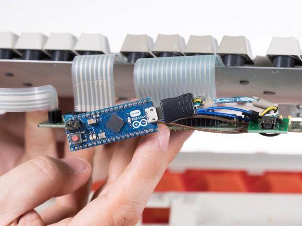 Unser Gerät ist mit Hilfe eines Arduino Micros auf USB umgebaut worden. (Bild: Martin Wolf/Golem.de)