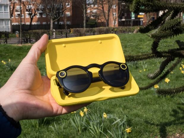 Die Snap Spectacles werden in einer stabilen Box geliefert, die einen Akku enthält. (Bild: Martin Wolf/Golem.de)