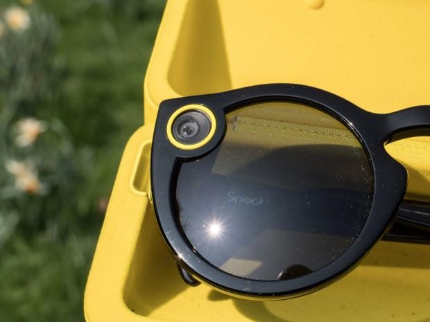Die Kamera der Spectacles ist neben dem rechten Glas eingebaut und durch einen auffälligen gelben Kreis markiert. (Bild: Martin Wolf/Golem.de)