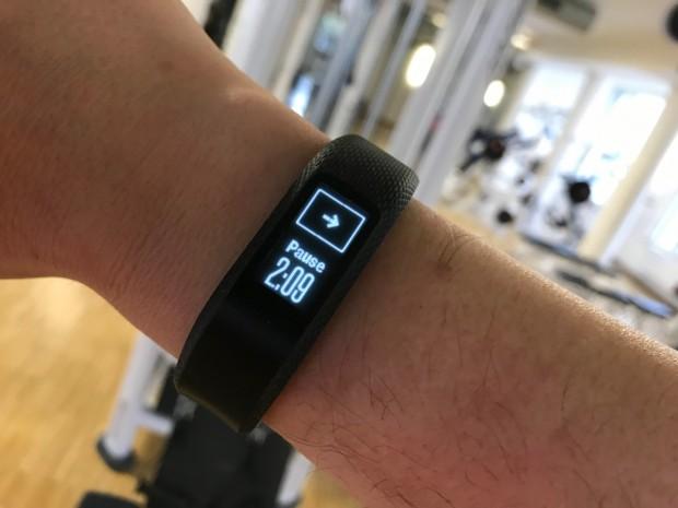Im Sportstudio zählt der Vivosmart die Sekunden und Minuten in einer Pause mit. (Foto: Peter Steinlechner / Golem.de)