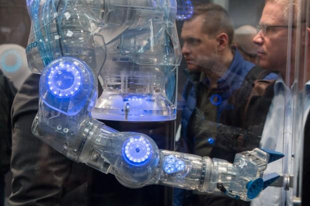 Der Bionic Cobot von Festo wird mit Druckluft betrieben. Seine Bewegungen sind sanft, damit er Menschen nicht verletzt. (Foto: Werner Pluta/Golem.de)