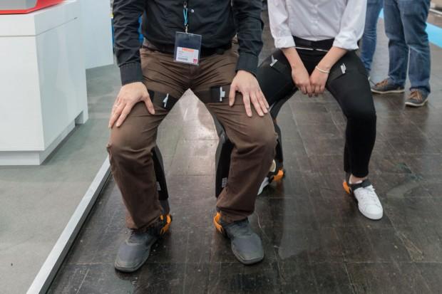 Das Exokselett Chairless Chair ist eine Sitzhilfe für Mitarbeiter in der Produktion. (Foto: Werner Pluta/Golem.de)