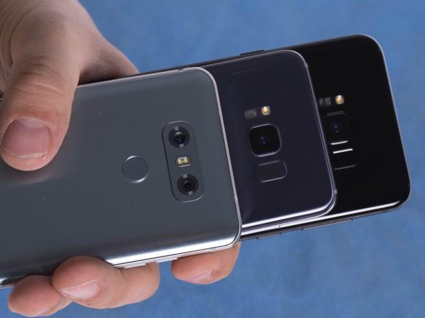 Die drei Testsmartphones nebeneinander (Bild: Martin Wolf/Golem.de)