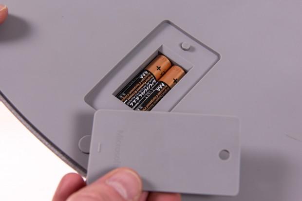 Unten befindet sich das Batteriefach - die Batterielaufzeit wird mit bis zu einem Jahr angegeben. (Bild: Martin Wolf/Golem.de)