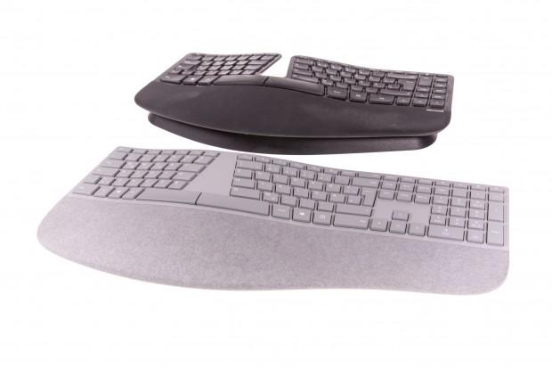 Das dunkle Sculpt Ergonomic Keyboard lässt sich nach hinten abfallend aufstellen, beim neuen hellen Modell geht das nicht mehr. (Bild: Martin Wolf/Golem.de)