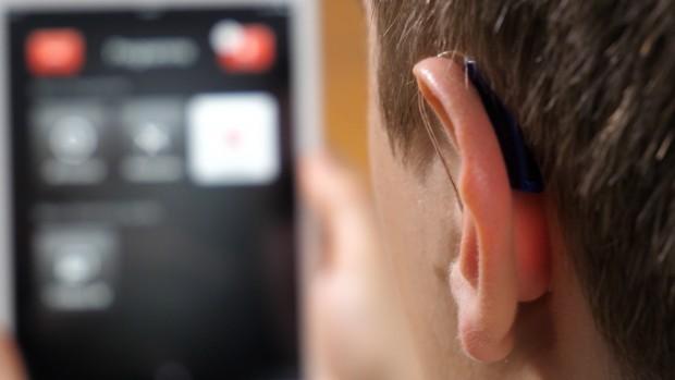 Das Resound Linx 2 ist hinter dem Ohr kaum zu sehen. (Bild: Martin Wolf/Golem.de)