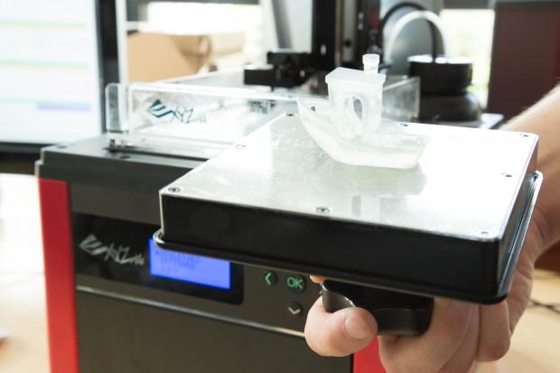 Fertige Drucke kleben kopfüber an der Druckplatte. (Bild: Martin Wolf/Golem.de)