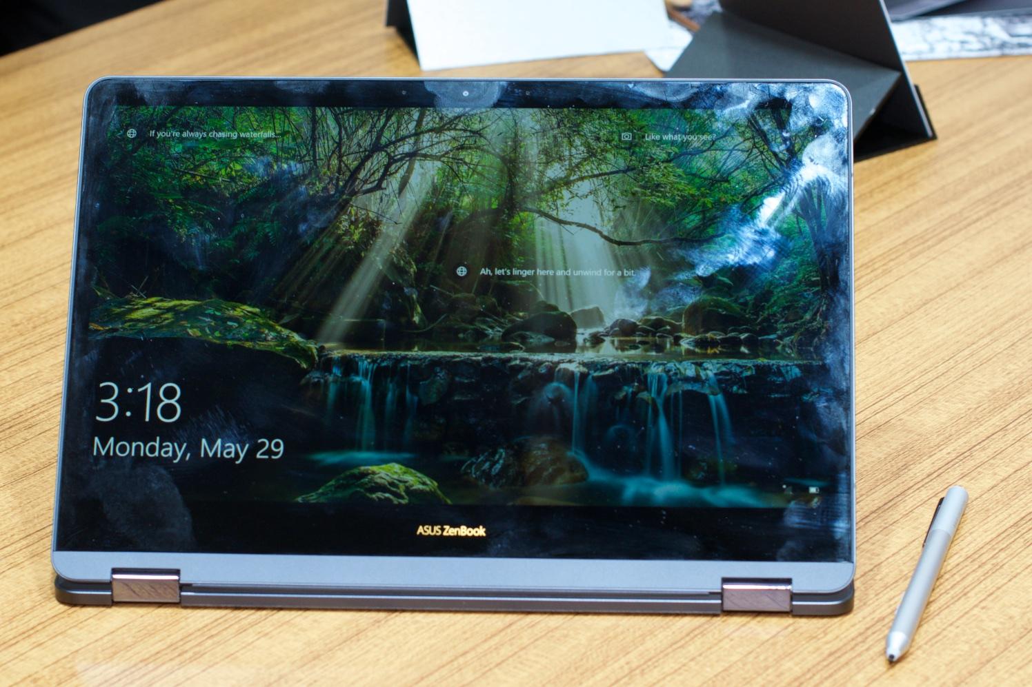 Asus: Das Zenbook Flip S ist 10,9 mm flach - ... ist ein Convertible mit spiegelndem Display. (Foto: Andreas Sebayang/Golem.de)