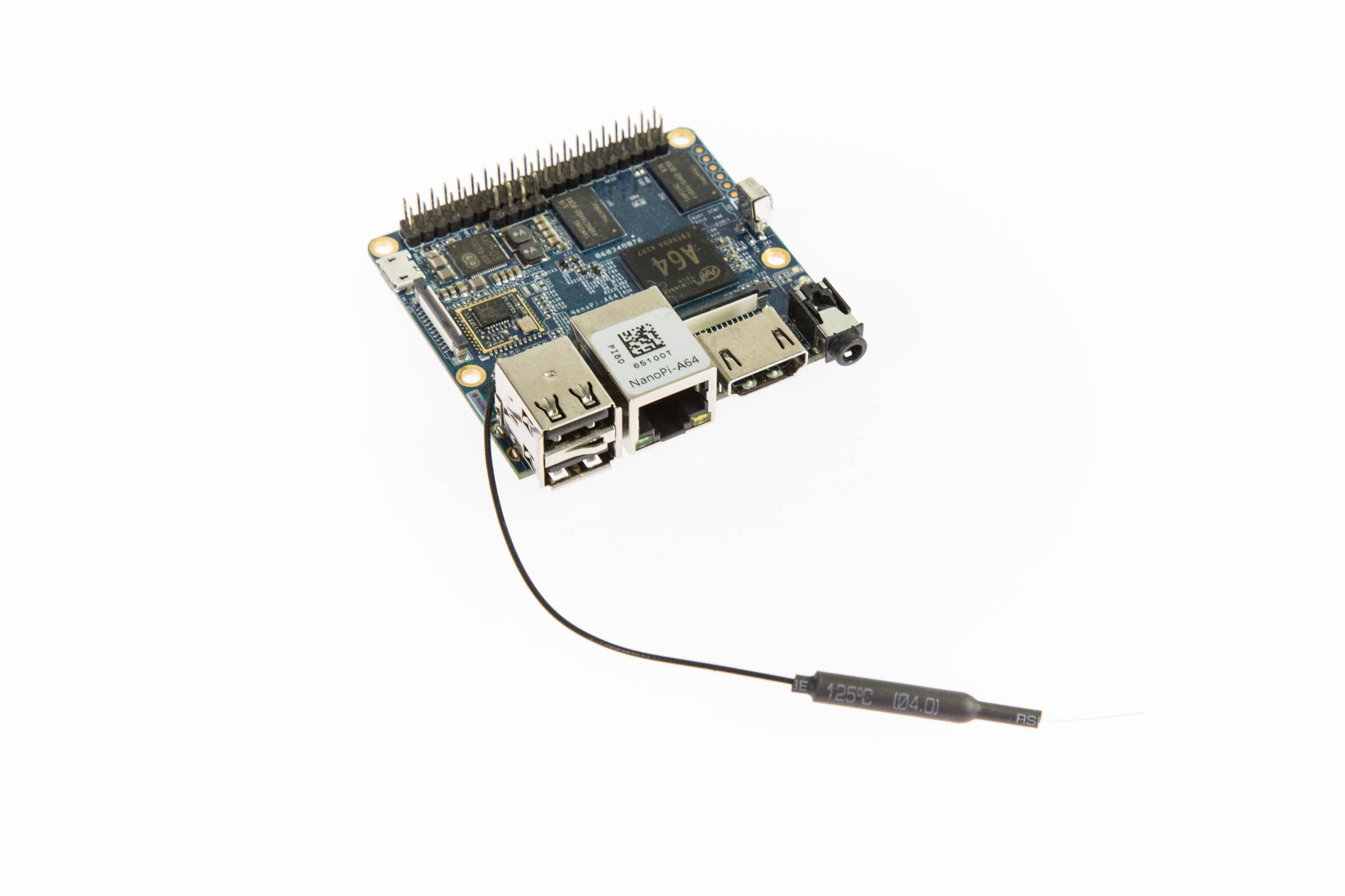 Bastelrechner Nano Pi im Test: Klein, aber nicht unbedingt oho - Der Nano Pi A64 mit angesteckter Antenne (Bild: Martin Wolf/Golem.de)