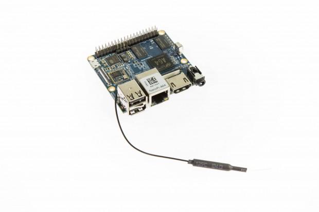 Der Nano Pi A64 mit angesteckter Antenne (Bild: Martin Wolf/Golem.de)