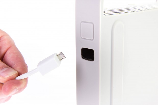 In den Schacht muss das USB-Ladekabel rein. (Bild: Martin Wolf/Golem.de)