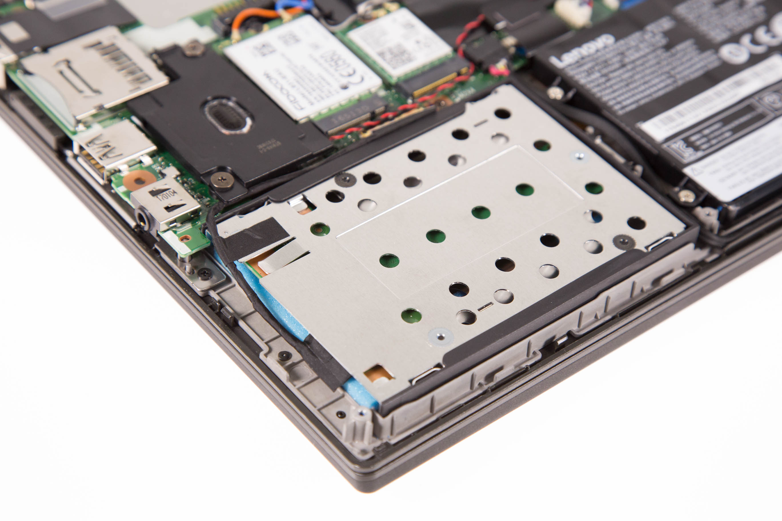 Thinkpad X270 im Test: Lenovos neuer alter Klassiker hat es immer noch drauf - Der 2,5-Zoll-Schacht nimmt viel Platz ein. (Bild: Martin Wolf/Golem.de)