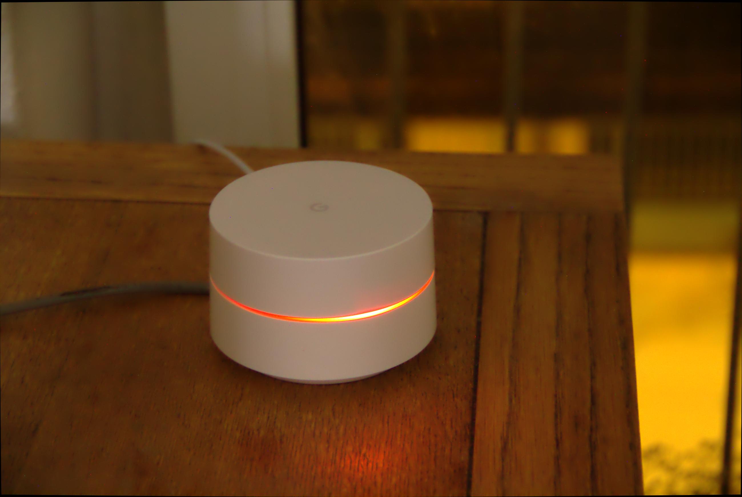 Google Wifi im Test: Google mischt mit im Mesh - Google Wifi leuchtet rot, wenn keine Verbindung zum Netzwerk besteht. (Google/Foto: Golem.de)