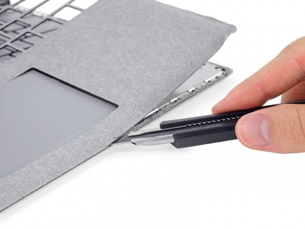 Beim Öffnen des Surface Laptop muss das Alcantara zerschnitten werden. (Bild: iFixit)