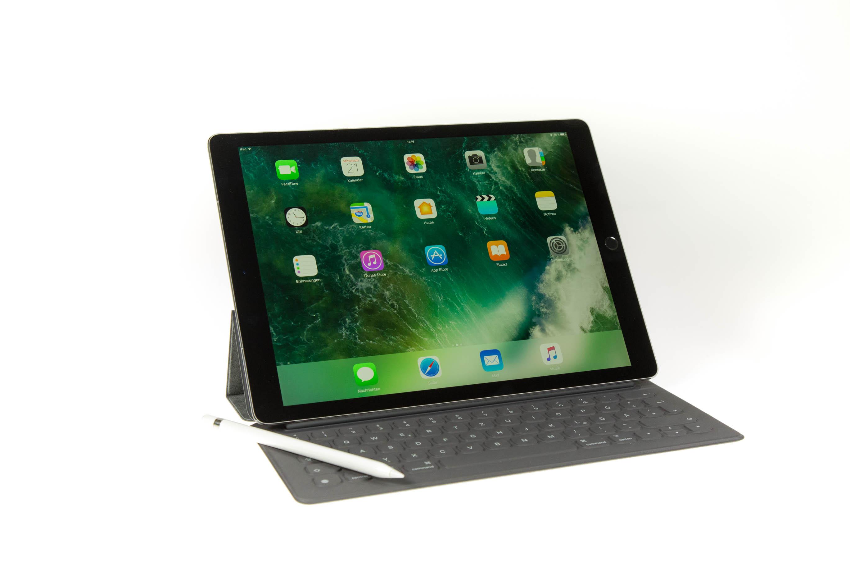Neues iPad Pro im Test: Von der Hardware her ein Laptop - Das neue iPad Pro 12,9 mit Smart Keyboard und Apple Pencil (Bild: Martin Wolf/Golem.de)