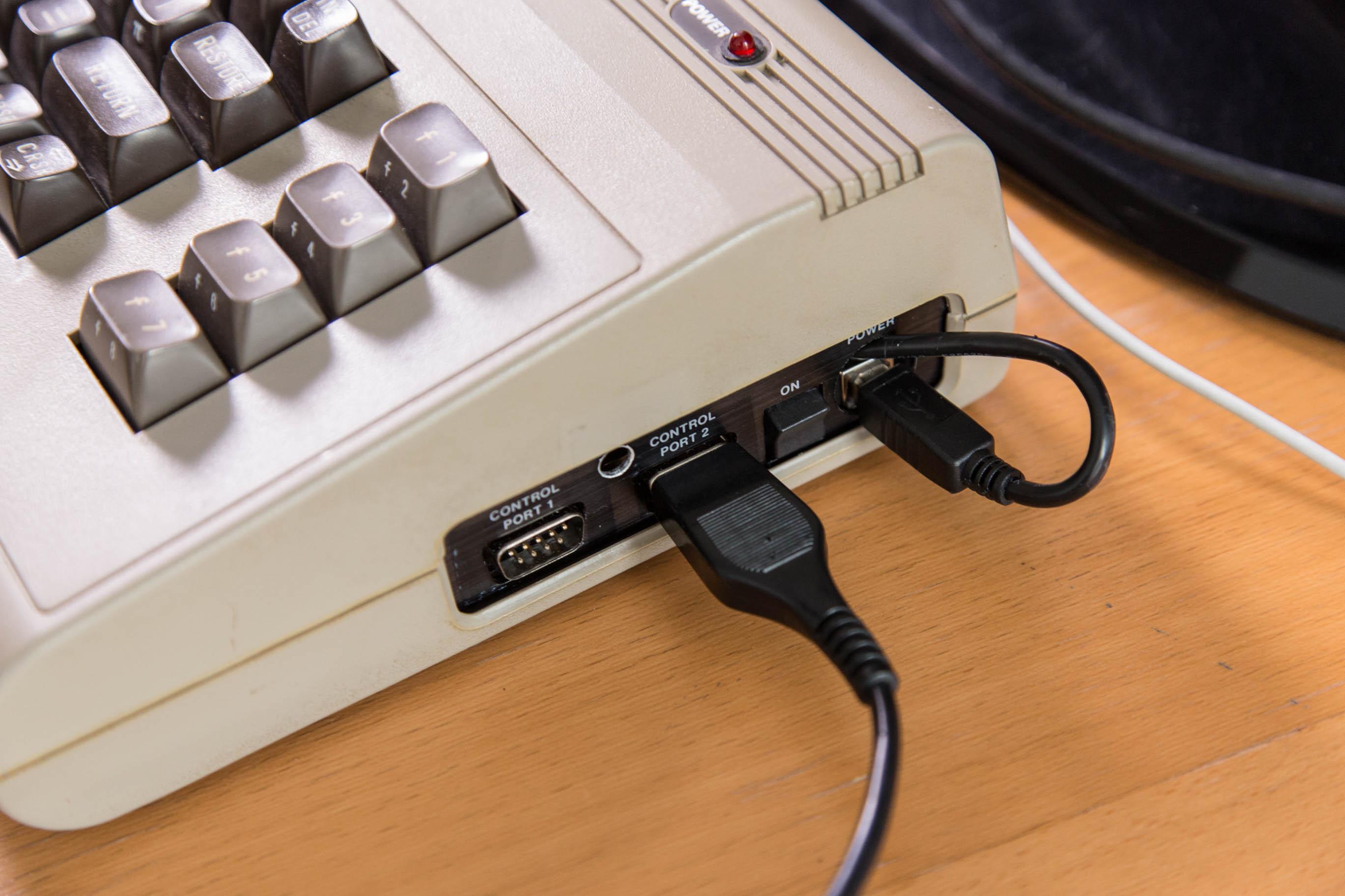 C64-Umbau mit dem Raspberry Pi: Die Wiedergeburt der Heimcomputer-Legende - Das Keyrah-Modul erlaubt es uns, unsere alten Joysticks weiter zu verwenden. (Bild: Martin Wolf/Golem.de)