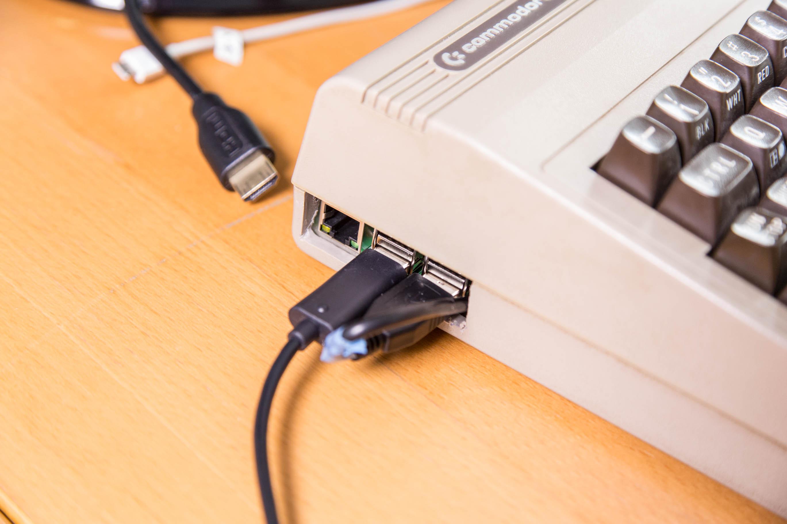 C64-Umbau mit dem Raspberry Pi: Die Wiedergeburt der Heimcomputer-Legende - Um in Retropie zu navigieren, haben wir zudem ein Xbox-360-Gamepad angeschlossen. (Bild: Martin Wolf/Golem.de)