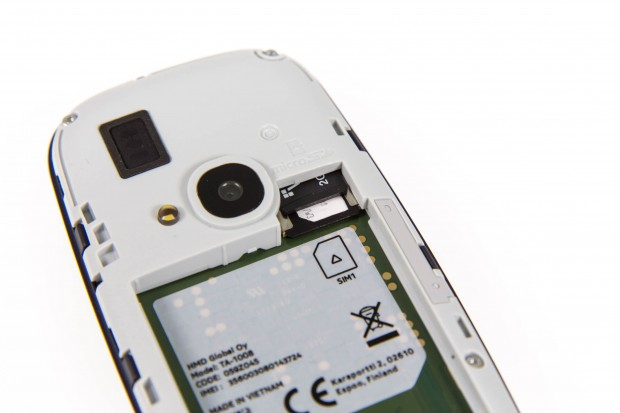 Die Single-SIM-Variante des Nokia 3310 hat noch einen Steckplatz für Speicherkarten. (Bild: Martin Wolf/Golem.de)