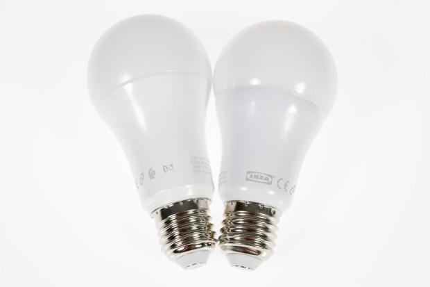 Die beiden Modelle der Trådfri-Lampen sehen nahezu gleich aus: links die etwas größere Lampe mit verschiedenen Lichtfarben. (Bild: Tobias Költzsch/Golem.de)