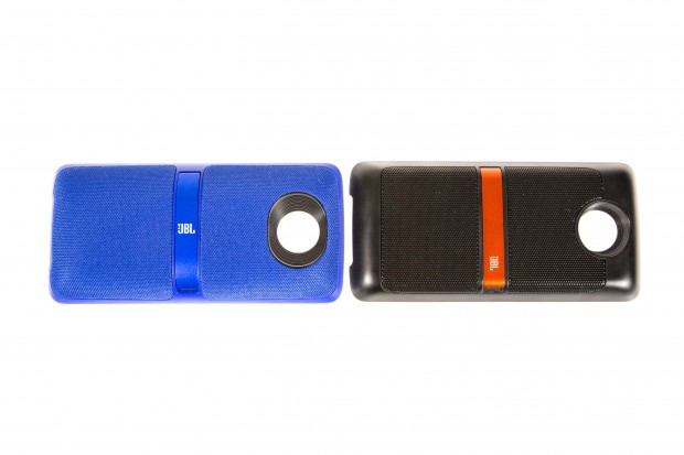 Links das neue Lautsprecher-Mod mit weicherem Lautsprecher-Grill, rechts das alte Modell mit hartem Lautsprecher-Grill. (Bild: Martin Wolf/Golem.de)