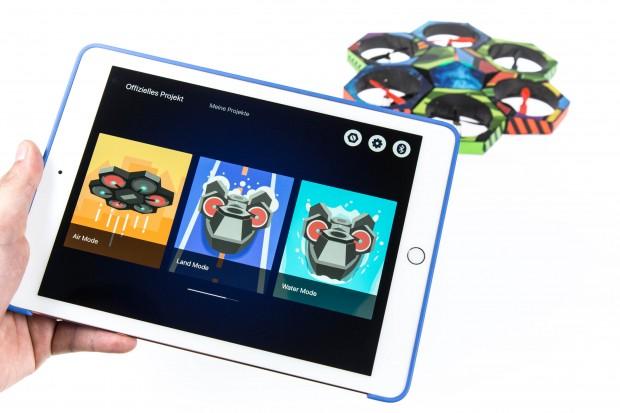 Zur Bluetooth-Kopplung halten wir das Tablet nah an die Drohne heran. (Bild: Martin Wolf/Golem.de)