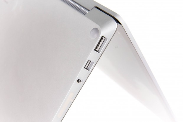 Das Notebook hat nur einen USB-A-Anschluss und eine Mini-Displayport-Buchse. (Bild: Martin Wolf/Golem.de)