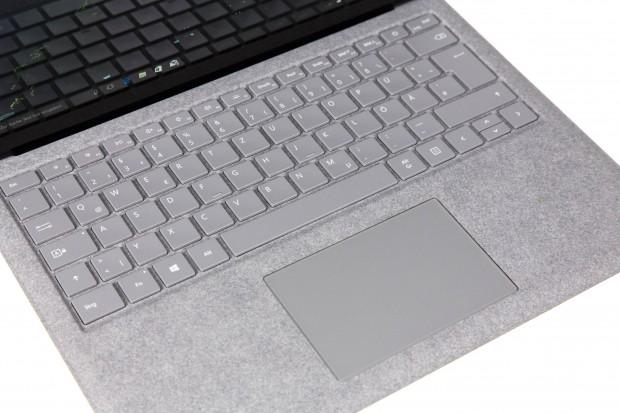 Das Alcantara bedeckt die gesamte Fläche um Tastatur und Touchpad. (Bild: Martin Wolf/Golem.de)