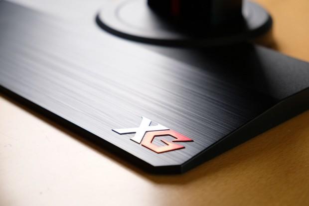 Der Standfuß des XG 2530 ist deutlich besser und stabiler als der vom XG 2735. (Foto: Michael Wieczorek)