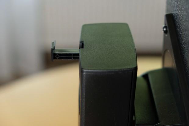 Eine sehr kurze Lasche für Headsets ist auf der Rückseite ausfahrbar. (Foto: Michael Wieczorek)