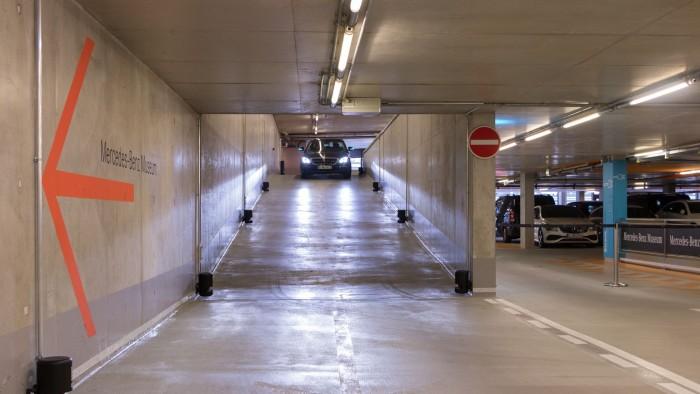 Per WLAN bekommt das Auto gesagt, was es tun soll. Zum Parcours gehört auch eine Rampe. (Foto: Werner Pluta/Golem.de)