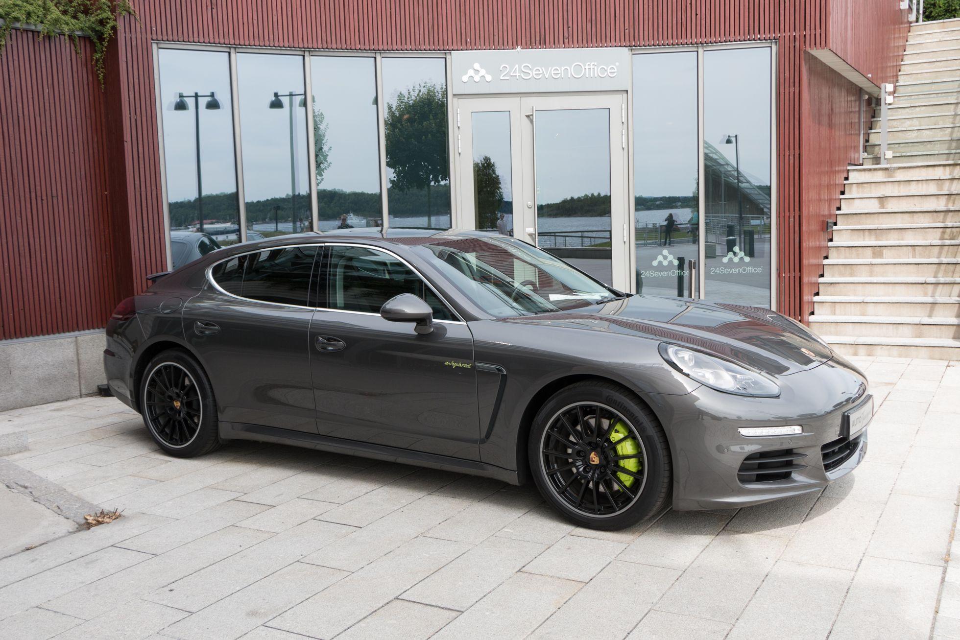 Elektromobilität: Staatliche Finanzhilfen elektrisieren Norwegen - ... und einen Porsche Panamera. Beide haben einen Hybrid-Antrieb. (Foto: Werner Pluta/Golem.de)