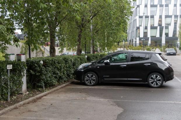 Elektroauto auf einem Firmenparkplatz mit Ladesäule: Unternehmen zahlen...  (Foto: Werner Pluta/Golem.de)