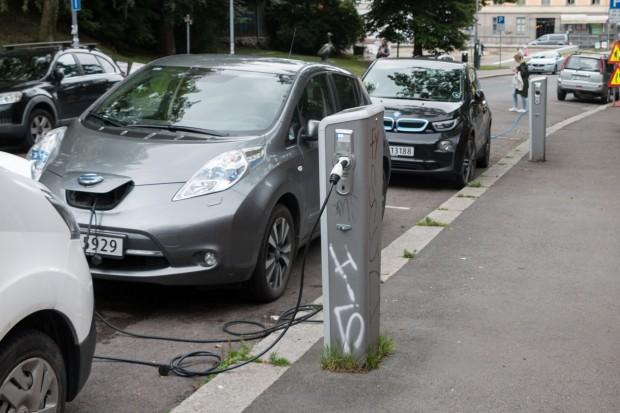 Ladesäulen in der Innenstadt von Oslo: Einige Städte bieten weitere Vorteile für Elektroautos, etwa kostenloses Parken oder Laden. (Foto: Werner Pluta/Golem.de)