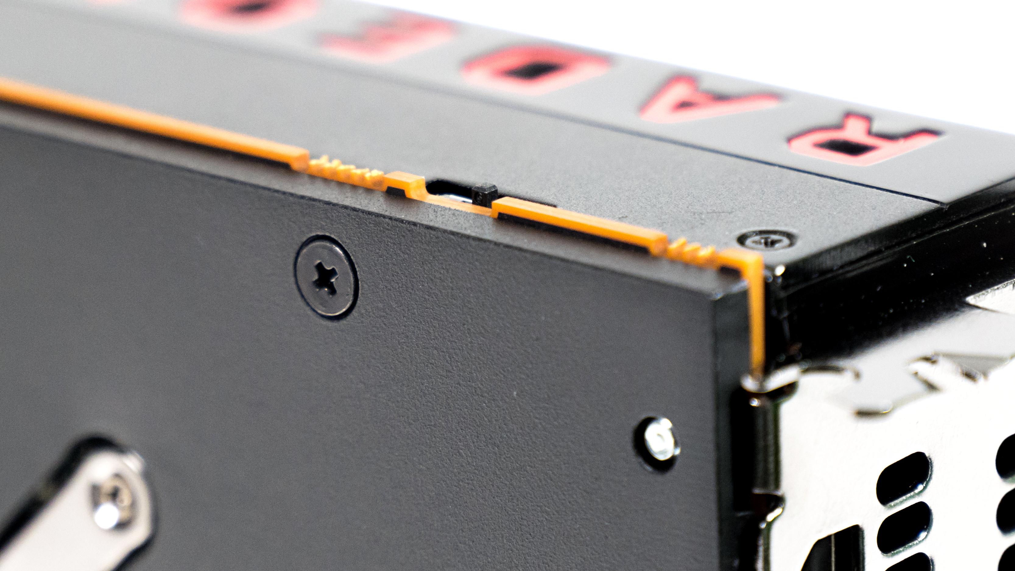 Radeon RX Vega 64 im Test: Schnell und durstig mit Potenzial - Der Bios-Switch reduziert die GPU-Power. (Foto: Marc Sauter/Golem.de)
