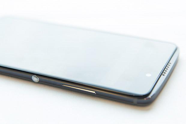 An der rechten Seite hat das Smartphone einen Knopf, der vom Nutzer mit verschiedenen Funktionen belegt werden kann. (Bild: Martin Wolf/Golem.de)