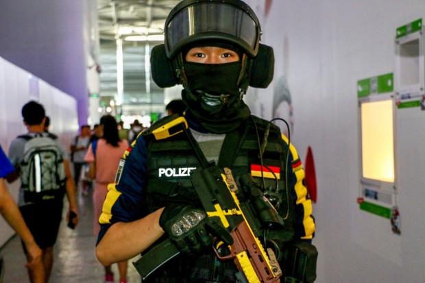 Hobby-Cosplayer oder Marketing für einen Shooter? Wir haben es nicht herausgefunden... (Foto: P. Steinlechner / Golem.de)