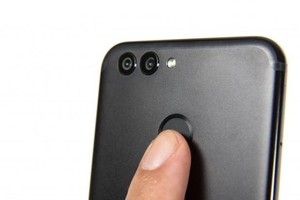 Der Fingerabdrucksensor auf der Rückseite ist nicht gut zu ertasten. (Bild: Martin Wolf/Golem.de)