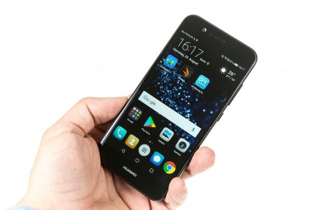 Das Display ist 5 Zoll groß, das Smartphone liegt entsprechend gut in der Hand. (Bild: Martin Wolf/Golem.de)
