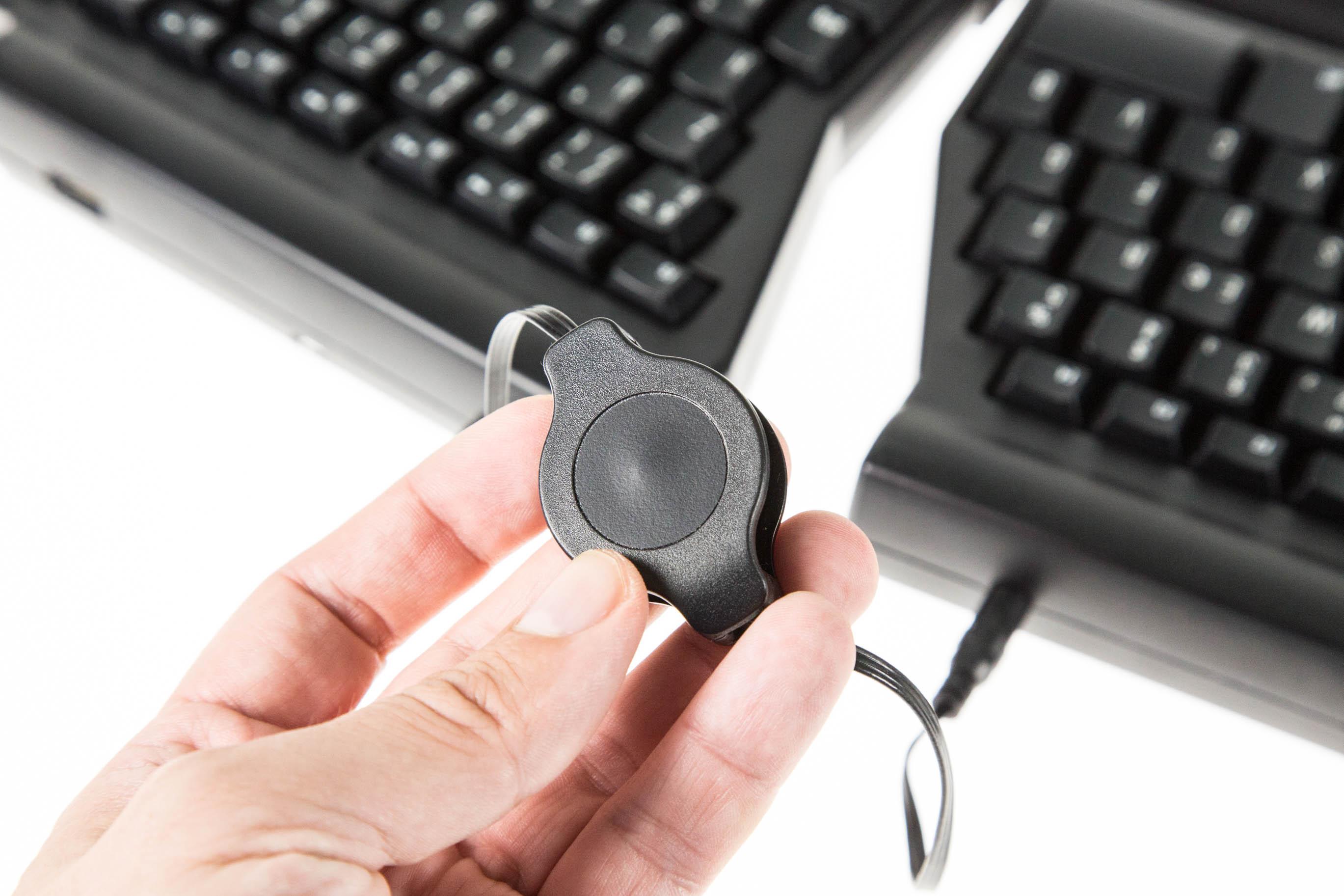 Matias Ergo Pro Keyboard im Test: Die Exzentrische unter den Tastaturen - Die beiden Module werden ebenfalls per Kabel miteinander verbunden. (Bild: Martin Wolf/Golem.de)
