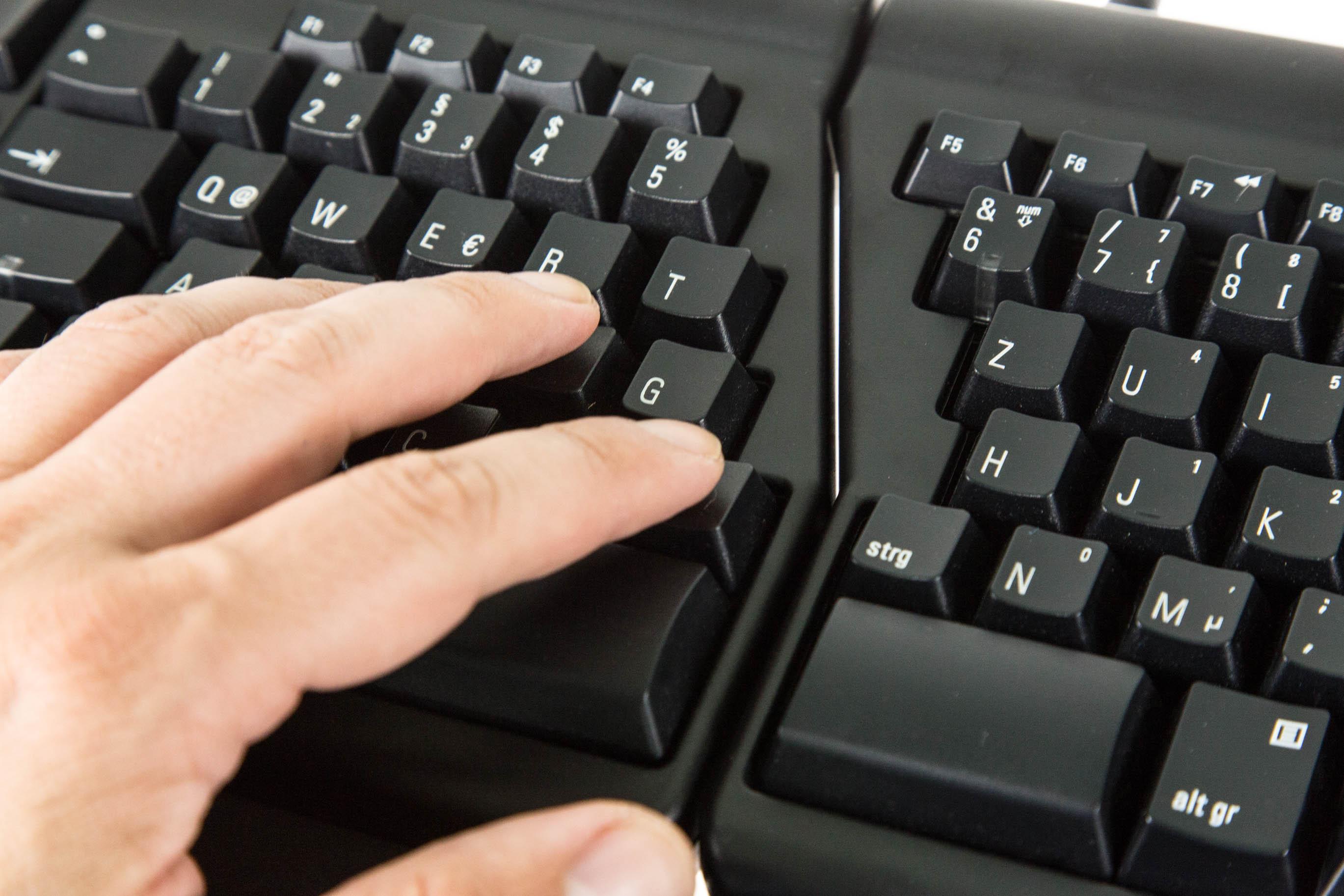 Matias Ergo Pro Keyboard im Test: Die Exzentrische unter den Tastaturen - Mit zusammengeschobenen Modulen wirkt die Ergo Pro fast wie eine normale Tastatur. (Bild: Martin Wolf/Golem.de)