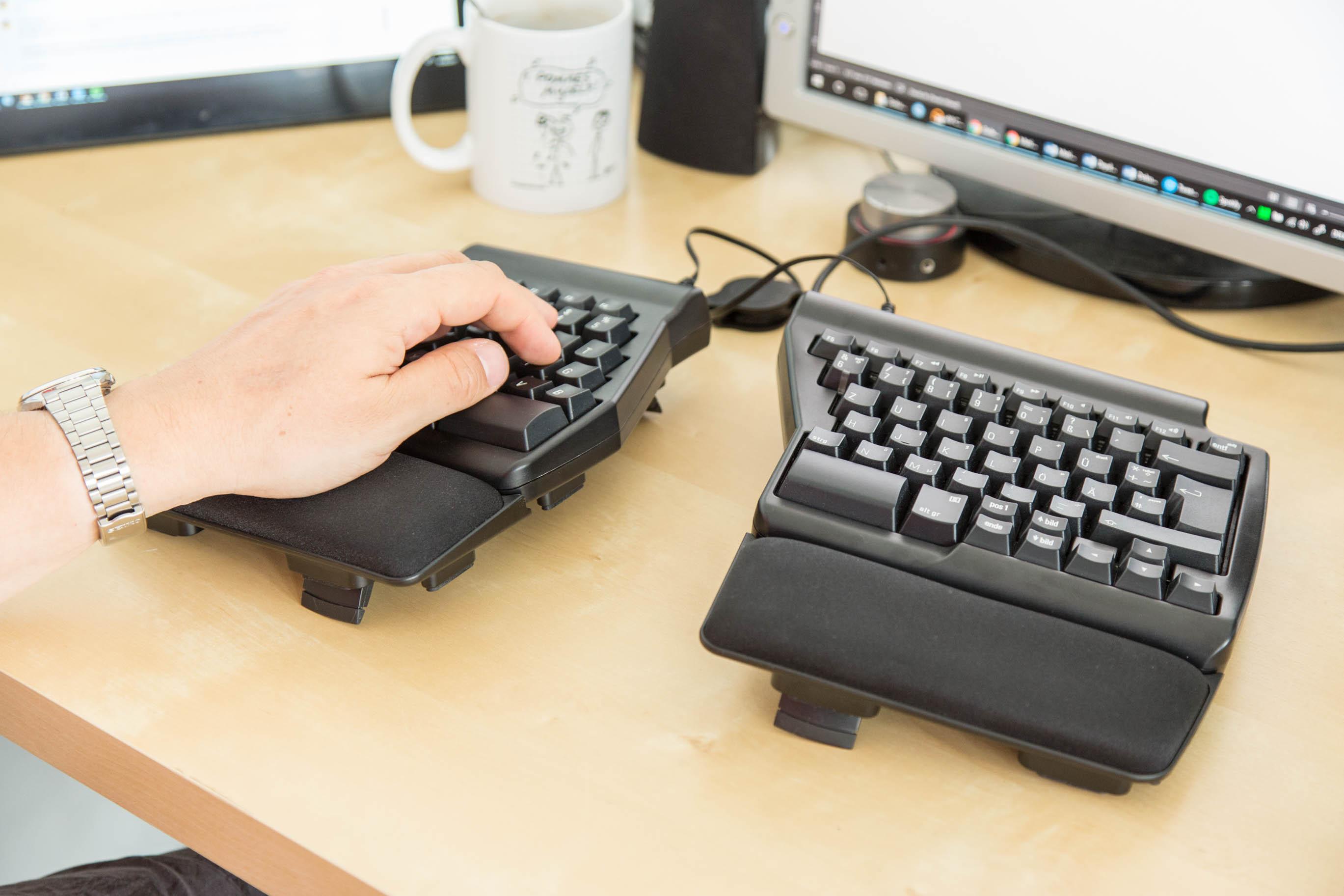Matias Ergo Pro Keyboard im Test: Die Exzentrische unter den Tastaturen - Die Ergo Pro von Matias im Einsatz (Bild: Martin Wolf/Golem.de)