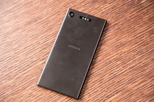 Die Rückseite des Xperia XZ1 ist aus eloxiertem Aluminium und zieht Fingerabdrücke stark an. (Bild: Tobias Költzsch/Golem.de)